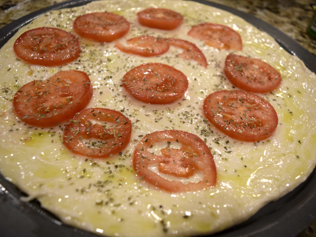 fresh tomatoes on pizza